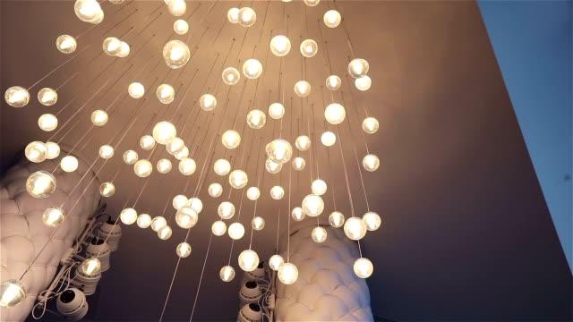 christmas interiör lynnig bakgrund, jul inredning. inredning till jul. inredda restaurangen, ljus strålar belysa inredningen i mörkret. scenbelysning i restaurangen, underifrån - christmas decorations bildbanksvideor och videomaterial från bakom kulisserna