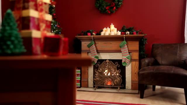 weihnachten-innen - weihnachtsstrumpf stock-videos und b-roll-filmmaterial