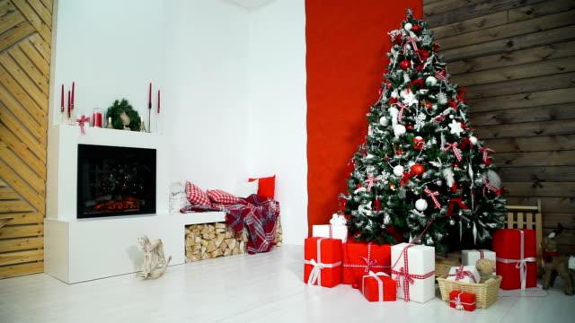 firepace とクリスマス ツリーのクリスマスのインテリア - クリスマスツリー点の映像素材/bロール