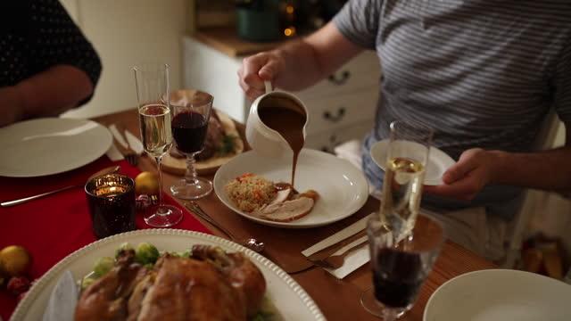 julen är en tid för att ge och dela - buljong bildbanksvideor och videomaterial från bakom kulisserna