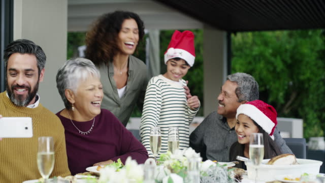 christmas is the time for family and selfies! - pranzo di natale video stock e b–roll