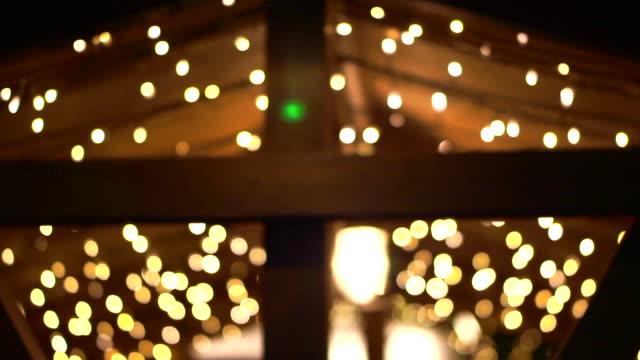 weihnachtslicht in holzstacht klassisches setting für die weihnachtszeit - rustikal stock-videos und b-roll-filmmaterial
