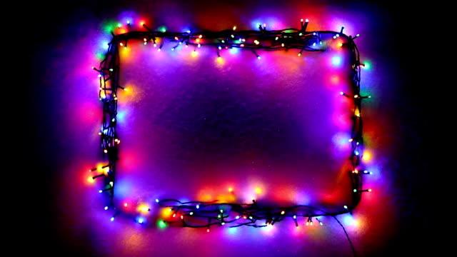 christmas lights rahmen auf schnee hintergrund - girlande dekoration stock-videos und b-roll-filmmaterial