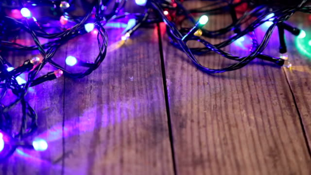 Luces de Navidad sobre fondo de madera - vídeo