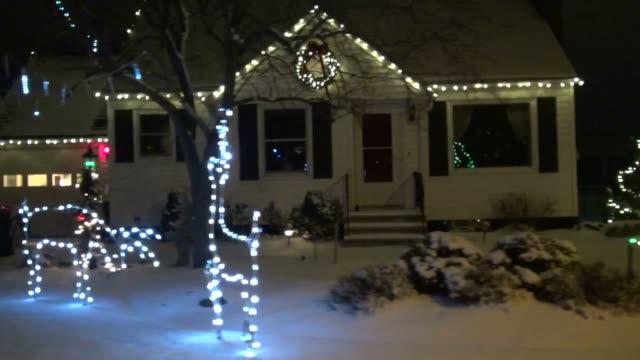 christmas lights, xmas, holiday spirit - eksantrik stok videoları ve detay görüntü çekimi
