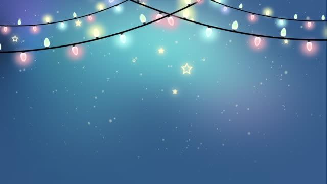 weihnachten looped farbige girlande lichter animation auf einem verschneiten winter hintergrund - girlande dekoration stock-videos und b-roll-filmmaterial