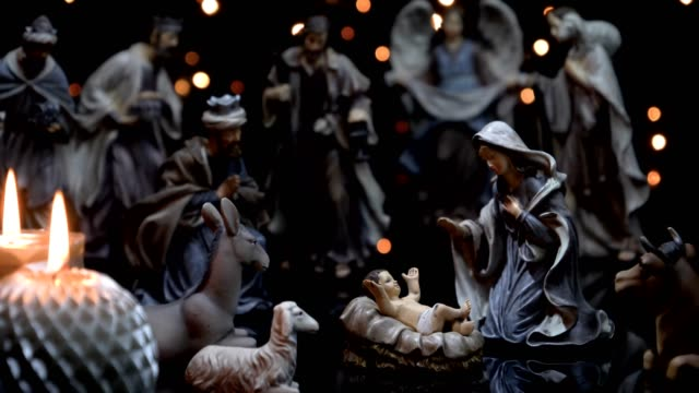 vídeos de stock e filmes b-roll de christmas manger nativity figures scene with candles lights - reis magos