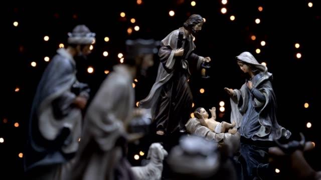 weihnachtskrippe krippe mit lichtern - religion stock-videos und b-roll-filmmaterial
