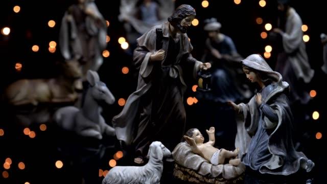 vídeos de stock e filmes b-roll de christmas manger nativity scene with lights - reis magos