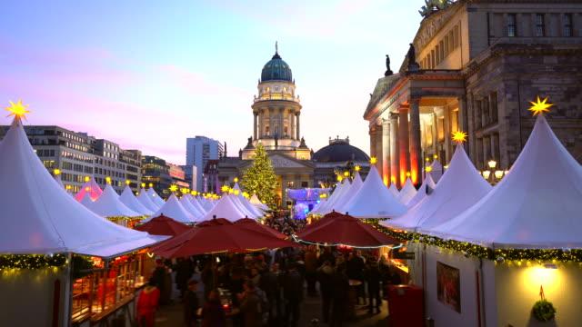 weihnachtsmarkt in berlin / gendarmenmarkt - weihnachtsmarkt stock-videos und b-roll-filmmaterial