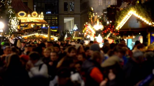 weihnachtsmarkt in dresden, echtzeit - weihnachtsmarkt stock-videos und b-roll-filmmaterial