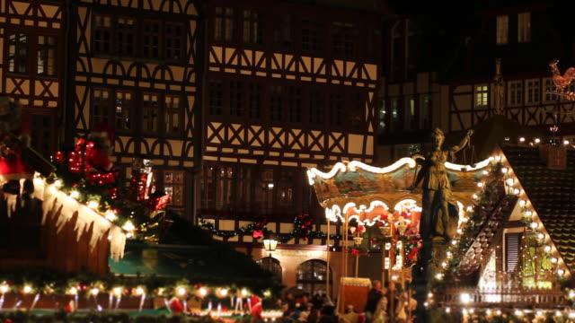weihnachts-markt in frankfurt, deutschland, bei nacht - weihnachtsmarkt stock-videos und b-roll-filmmaterial