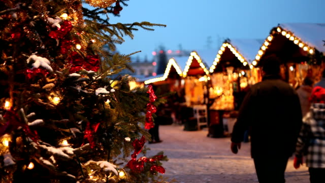 weihnachtsmarkt am abend. - weihnachtsmarkt stock-videos und b-roll-filmmaterial