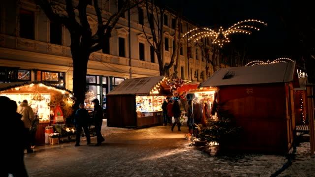 weihnachtsmarkt in weimar, deutschland - weihnachtsmarkt stock-videos und b-roll-filmmaterial