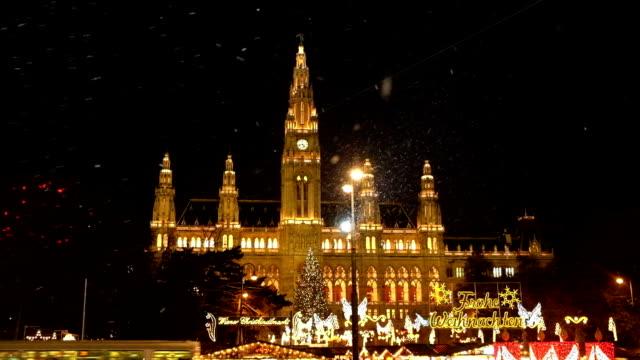 weihnachtsmarkt vienna town hall - weihnachtsmarkt stock-videos und b-roll-filmmaterial