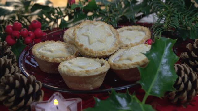 vídeos de stock e filmes b-roll de christmas mince pies with a dusting of icing sugar - christmas cake