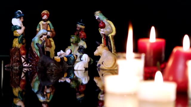 vídeos de stock e filmes b-roll de presépio de natal com velas sobre preto - reis magos
