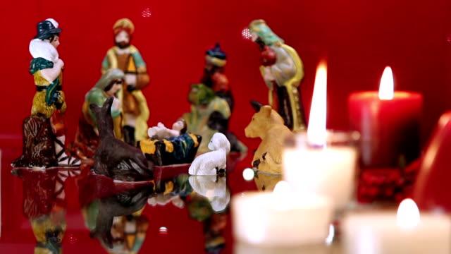vídeos de stock e filmes b-roll de presépio de natal com velas em vermelho - reis magos