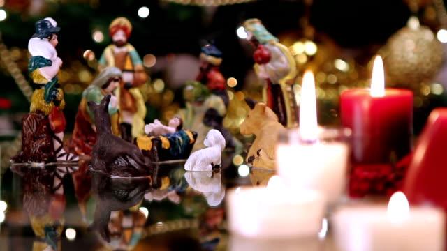 vídeos de stock e filmes b-roll de presépio de natal com velas - reis magos