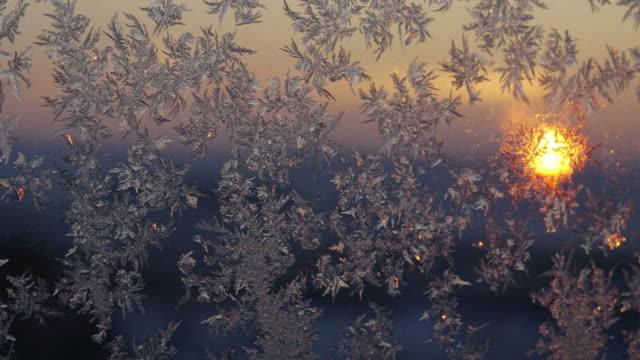 weihnachtsschmuck im glas - schneeflocke sonnenaufgang stock-videos und b-roll-filmmaterial