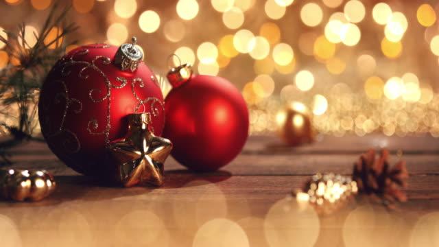 weihnachtsschmuck im defokussierten lichter. dekorationen-bokeh-blau-gold - weihnachtskarte stock-videos und b-roll-filmmaterial