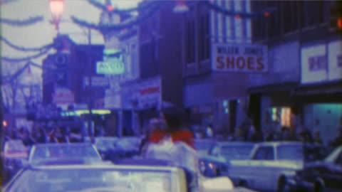 vidéos et rushes de 1967: parade de noël vitrines timey vieille petite ville du centre. - vintage