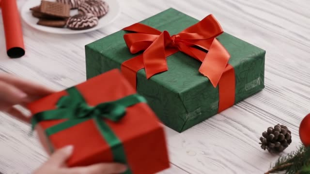 julklappar för hela familjen - pinjenöt bildbanksvideor och videomaterial från bakom kulisserna