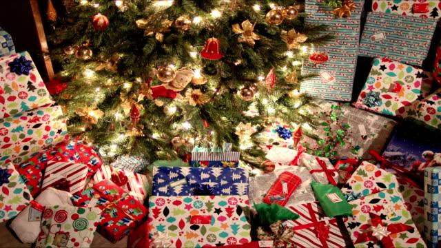 julklappar under träd - christmas present bildbanksvideor och videomaterial från bakom kulisserna