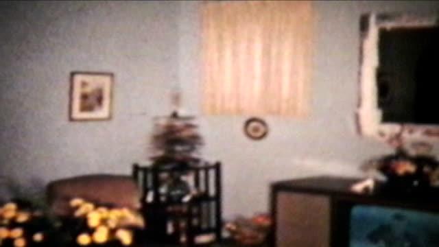 (1960 scena di natale vintage 8 mm pellicola - christmas movie video stock e b–roll