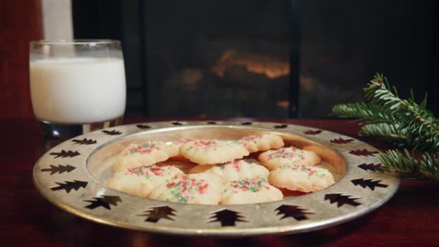 vidéos et rushes de scène de noël avec une assiette de lait, biscuits et une cheminée derrière en 4k - saint nicolas