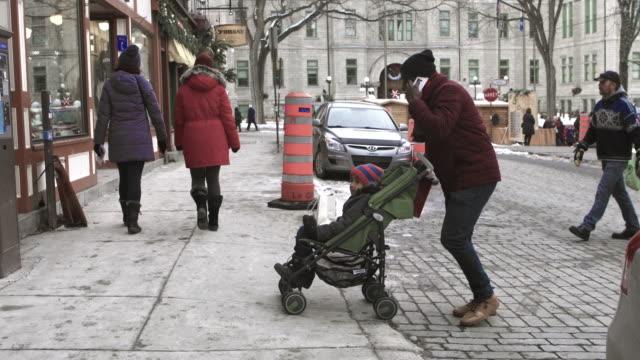 stockvideo's en b-roll-footage met kerstinkopen mix race familie uitvoering presenteert - christmas tree