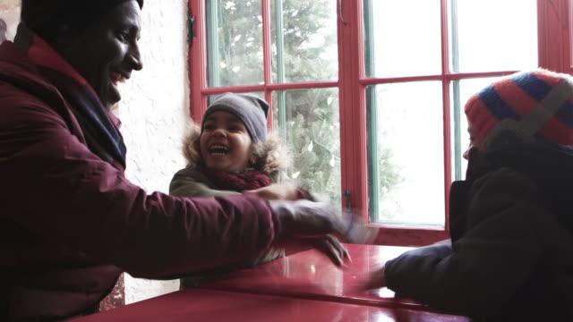 noel hediye taşıyan mix yarış aile merdiven alışveriş - çocuk bayramı stok videoları ve detay görüntü çekimi