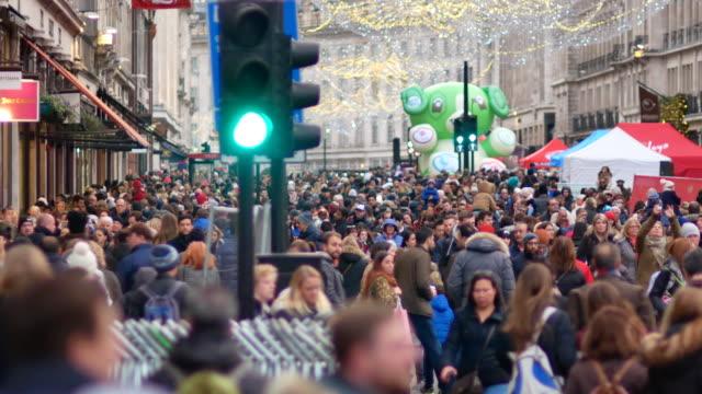 vidéos et rushes de 4 k noël & shopping sur oxford street, londres - mode londres