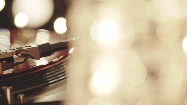 natale. giradischi in vinile. incluse le luci luminose di sfondo della luce di primo piano della piastra di coppia del grammofono. disco in vinile su giradischi dj da vicino. popular disco trends anni '70, '80, '90 - disco audio analogico video stock e b–roll
