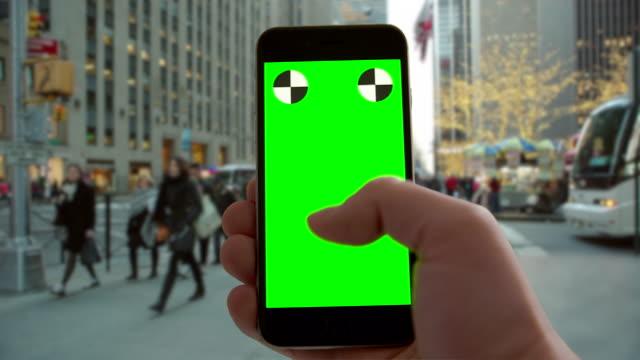 weihnachten smartphone greenscreen chromakey new york city urlaub verkehr - blickwinkel aufnahme stock-videos und b-roll-filmmaterial