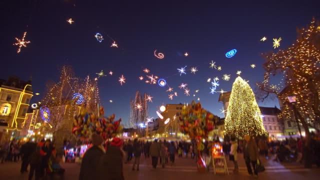 weihnachtliche stimmung in der stadt - weihnachtsmarkt stock-videos und b-roll-filmmaterial