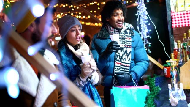 vídeos de stock e filmes b-roll de christmas street shopping. - passagem de ano