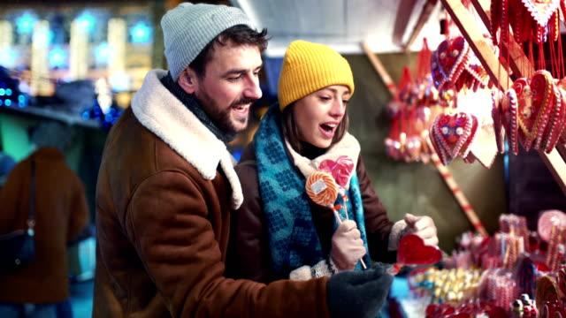 weihnachts-shopping street. - weihnachtsmarkt stock-videos und b-roll-filmmaterial