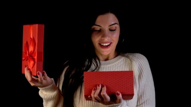 赤いギフト ボックス クリスマスのサプライズ。スローモーション。 - プレセントの箱点の映像素材/bロール