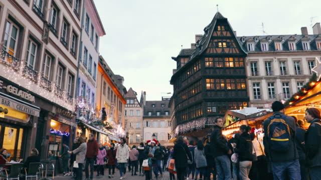 weihnachten in straßburg, frankreich - weihnachtsmarkt stock-videos und b-roll-filmmaterial