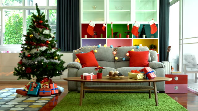 vídeos de stock e filmes b-roll de 4k christmas tree and christmas decoration in a beautiful house with copy space - living room background