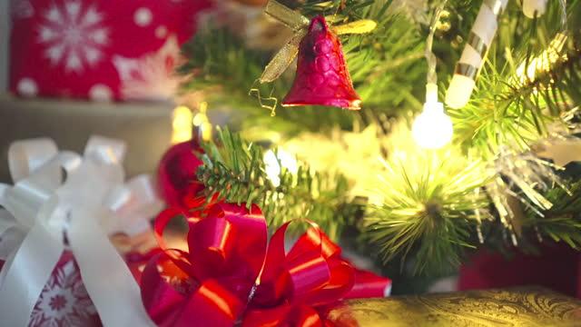 4k weihnachtsbaum und geschenke-box - weihnachtsstrumpf stock-videos und b-roll-filmmaterial