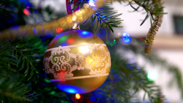 stockvideo's en b-roll-footage met kerstboom achtergrond in 4k slow motion 60fps - kerstbal