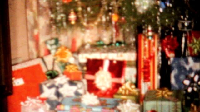 albero di natale con candela e regali di 8 mm vintage film 1967 - christmas movie video stock e b–roll