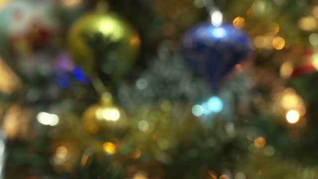 vídeos de stock, filmes e b-roll de decorações para árvores de natal rolo foco. 4 k. uhd - foco difuso