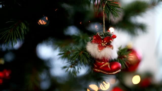 weihnachtsbaum dekoration - nikolaus stiefel stock-videos und b-roll-filmmaterial