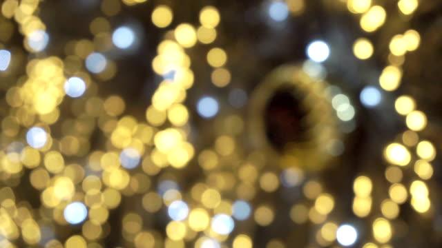 hd: illuminazione dell'albero di natale - soft focus video stock e b–roll