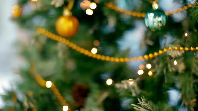 albero di natale con palline e ghirlande sfocatura - 2016 video stock e b–roll