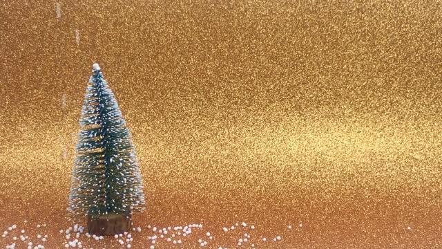 weihnachtsbaum auf goldenem hintergrund mit schnee - kieferngewächse stock-videos und b-roll-filmmaterial