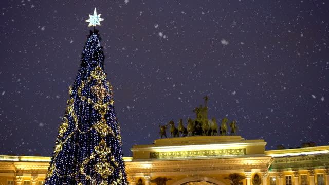 albero di natale sulla piazza del palazzo a san pietroburgo di notte. - san pietroburgo russia video stock e b–roll